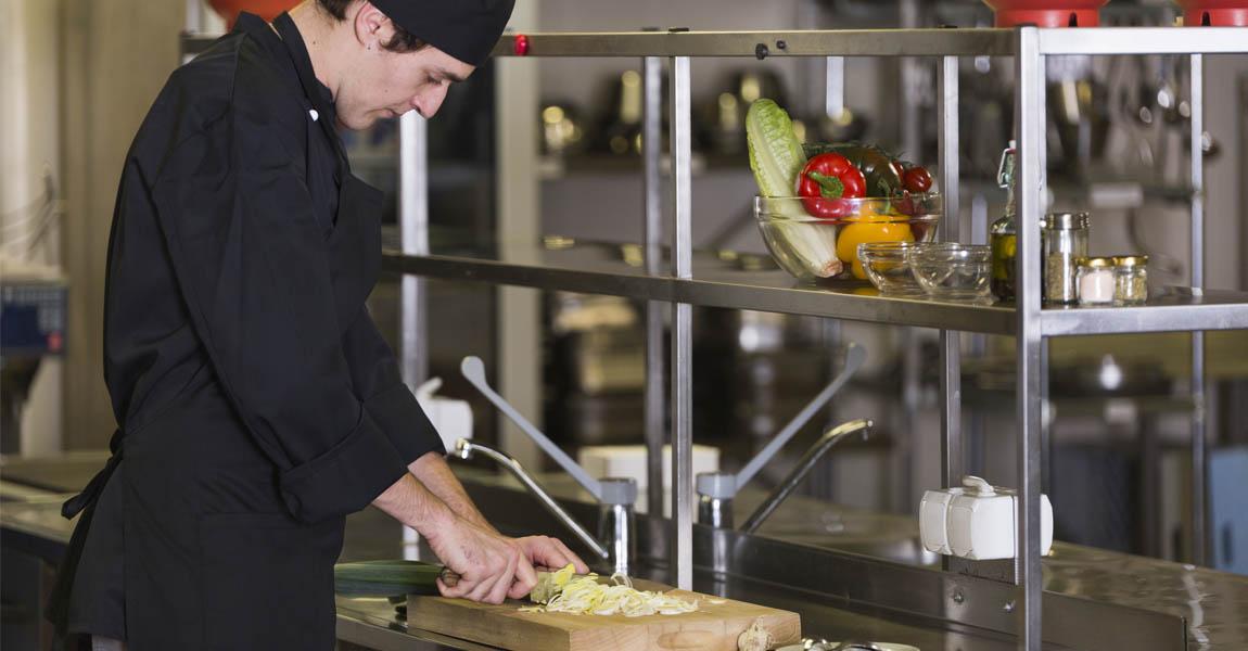 Distform equipar cocina restaurante mobiliario acero inoxidable estanteria ¿Cómo equipar la cocina de tu restaurante y aprovechar al máximo el espacio?   Distform   equipar cocina restaurante mobiliario acero inoxidable estanteria
